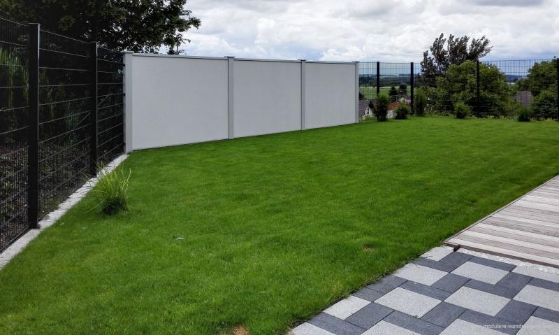 Modulare-Wandsysteme-Sichschutz-in-Kombination-mit-Doppelstabmattenzaun