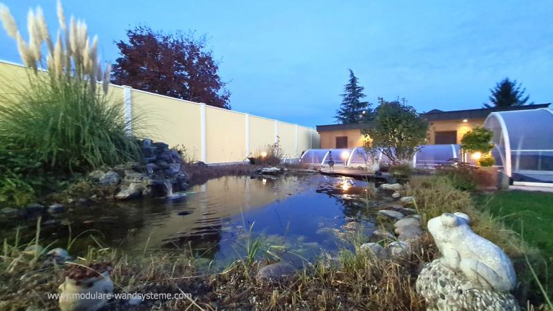Modulare-Wandsysteme-Sicht-und-Windschutz-mit-Teich-und-Schwimmbad-im-Vordergrund