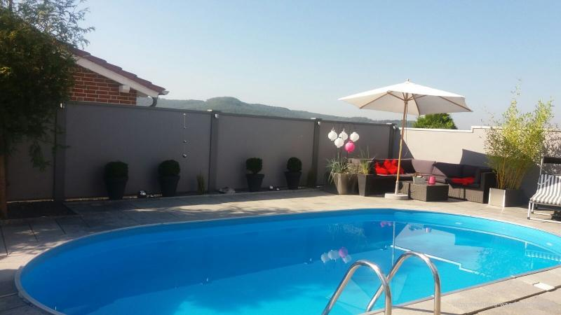 Modulare-Wandsysteme-Sichtschutz--Winschutzwand-am-Pool
