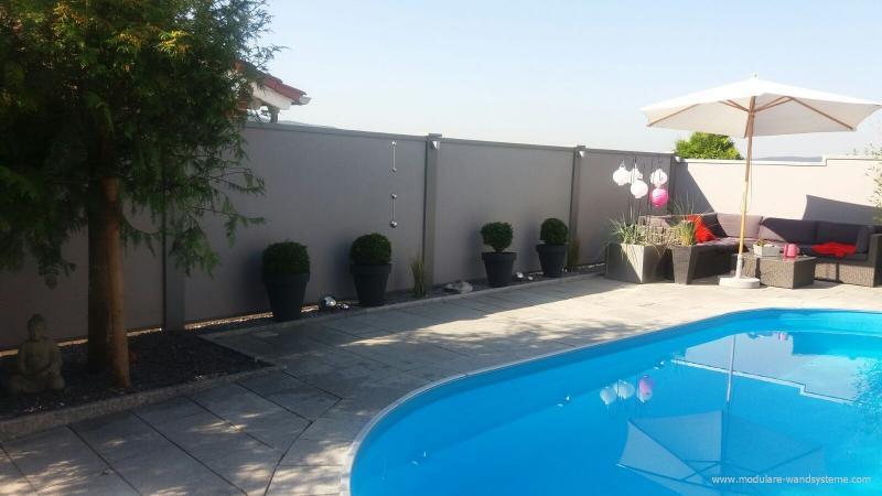 Modulare-Wandsysteme-Sichtschutz--Winschutzwand-am-Schwimmbad