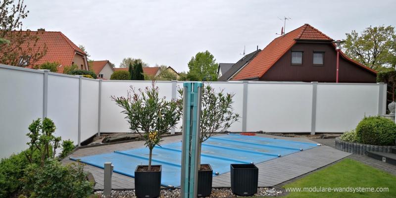 Modulare-Wandsysteme-Sichtschutz-Fertigwand-im-Poolbereich