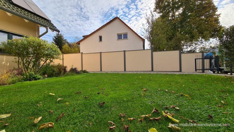 Modulare-Wandsysteme-Sichtschutz-Fertigwand-zu-Strasse-abgestuft