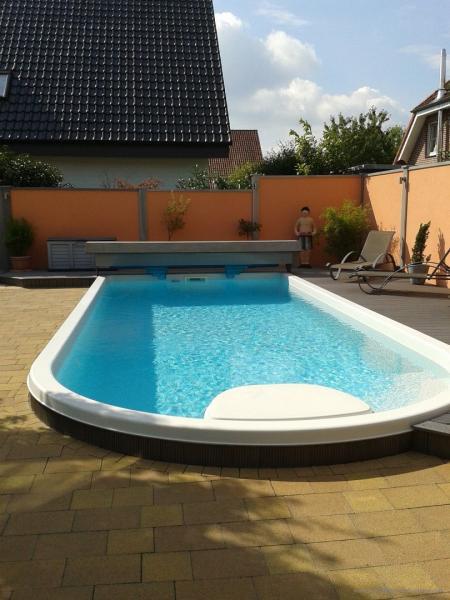 Modulare-Wandsysteme-Sichtschutz-am-Schwimmbad