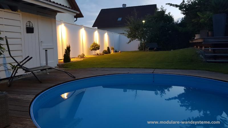 Modulare Wandsysteme Sichtschutz an einem Pool mit