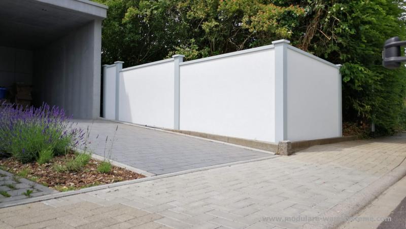 Modulare-Wandsysteme-Sichtschutz-neben-der-Einfahrt