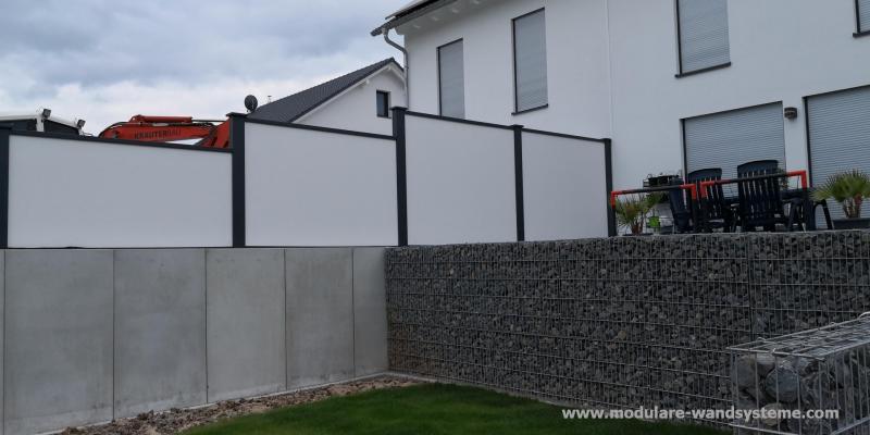 Modulare-Wandsysteme-Sichtschutz-zwischen-Terrassen-eines-Doppelhauses