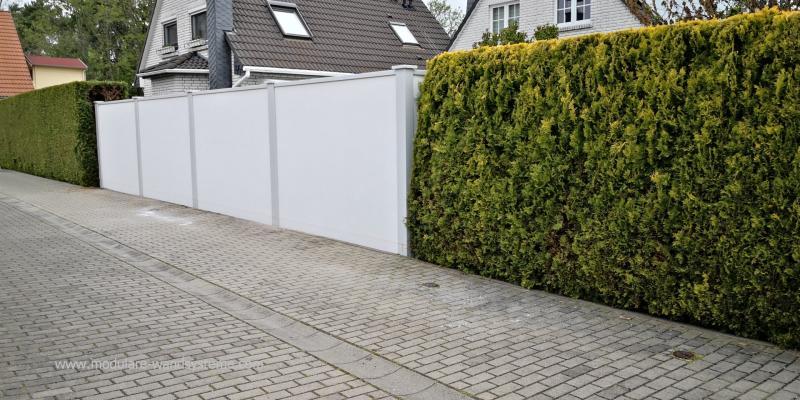 Modulare-Wandsysteme-Sichtschutzwand-Aussenseite-zwischen-den-Hecken