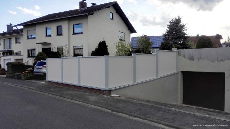 Modulare-Wandsysteme-Sichtschutzwand-auf-Mauersockel