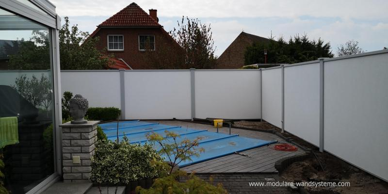 Modulare-Wandsysteme-Sichtschutzwand-im-Poolbereich