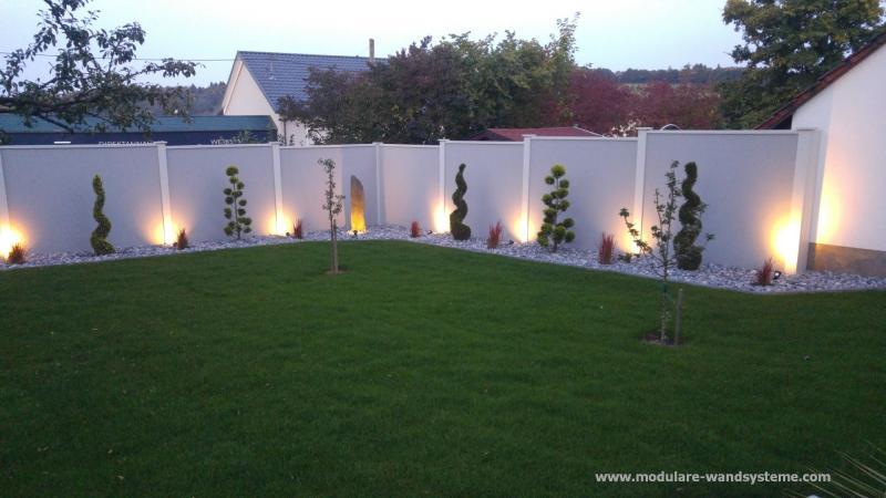 Modulare-Wandsysteme-Sichtschutzwand-mit-Beleuchtung-aus-dem-Splitstreifen