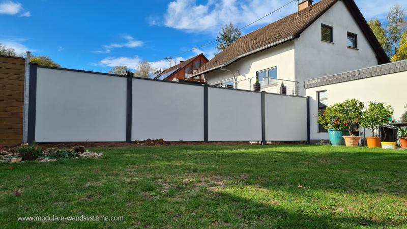 Modulare-Wandsysteme-Sichtschutzwand-zum-Nachbargarten-in-der-Bauphase