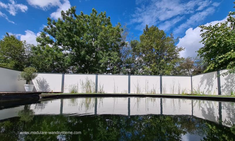 Modulare-Wandsysteme-direkt-hinter-der-Uferzone-eines-Schwimmteichs