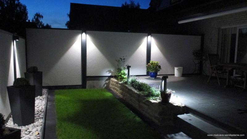 Modulare-Wandsysteme-mit-Beleuchtung-an-einer-Terrasse