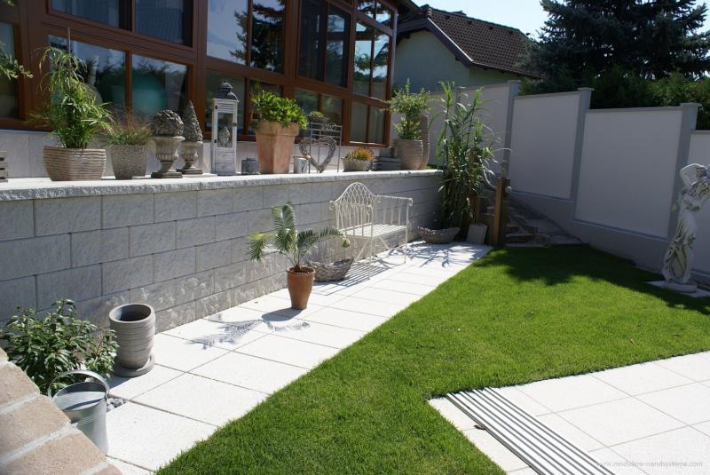 Modulare-Wandsysteme-mit-den-Pfosten-in-eine-Betonmauer