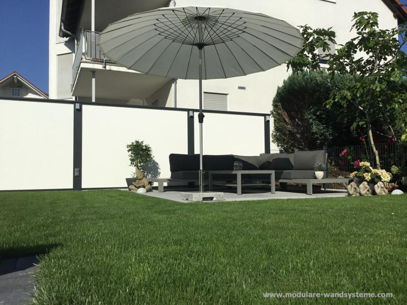 Modulare-Wandsysteme-Sichschutz-hinter-Lounge-Gartenmobel