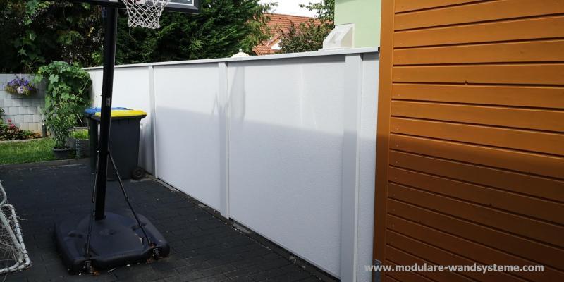 Modulare-Wandsysteme-Sicht--und-Larmschutz-Variante-II-an-einem-Carport-angeschlossen