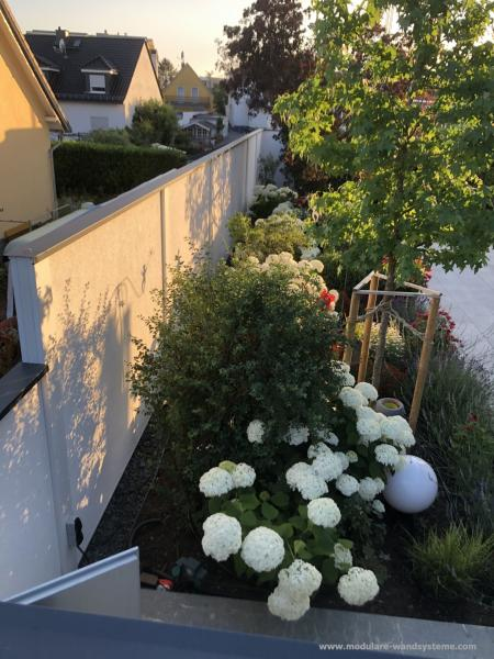 Modulare-Wandsysteme-Sichtschutz-Pfosten-und-Wand-wei-Abdeckung-anthrazitgrau