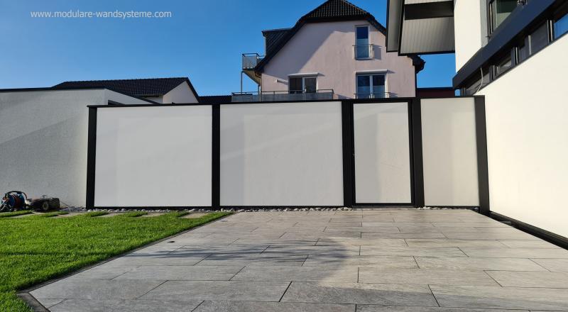 Modulare-Wandsysteme-Sichtschutz-mit-Tuere-an-einem-Huf-Haus
