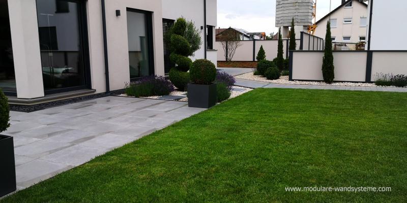 Modulare-Wandsysteme-Sichtschutz-und-Umfriedung-farblich-ans-Haus-angepasst