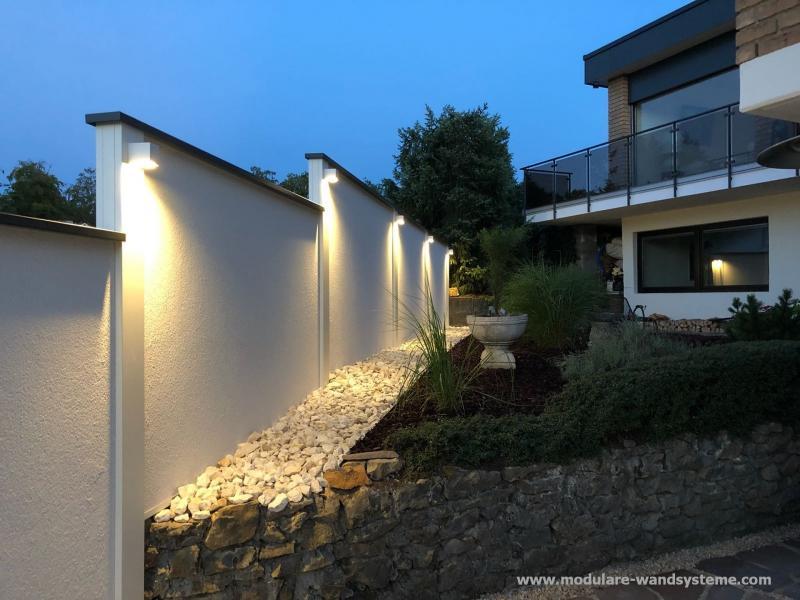 Modulare-Wandsysteme-Variante-II-mit-Kiesstreifen-und-Beleuchtung