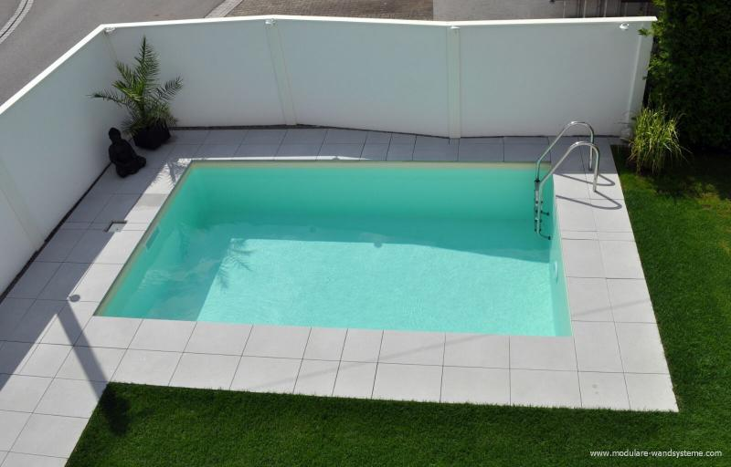 Modulare-Wandsysteme-als-Sichtschutz-am-Schwimmbad