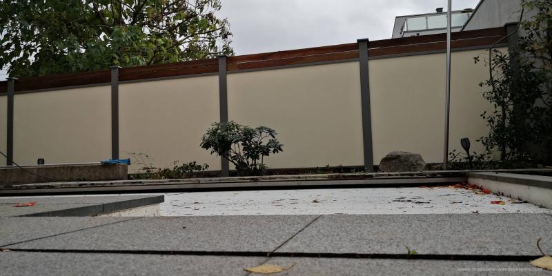 Modulare-Wandsysteme-Fertigmauer-mit-Holz-Sichtschutz