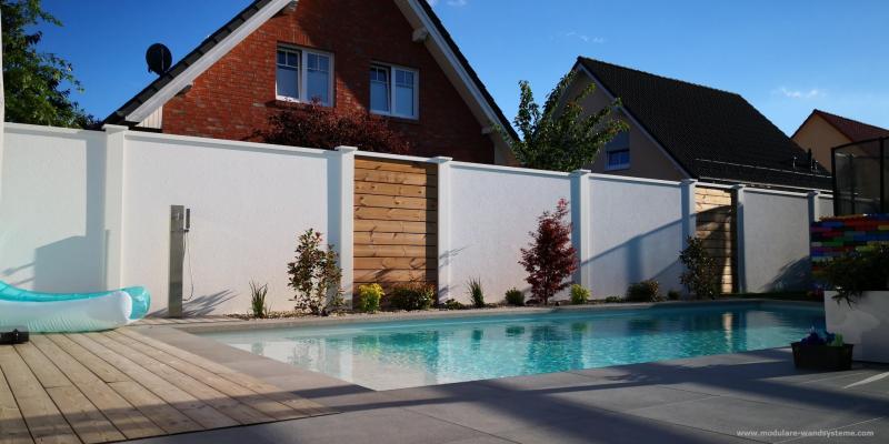Modulare-Wandsysteme-Fertigwand-mit-Holz-Sichtschutz