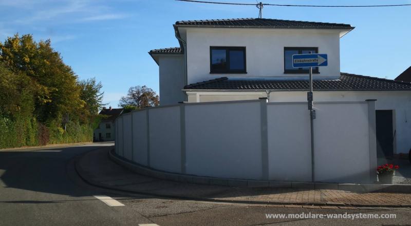 Modulare-Wandsysteme-Larmschutz-dem-Strassenverlauf-folgend