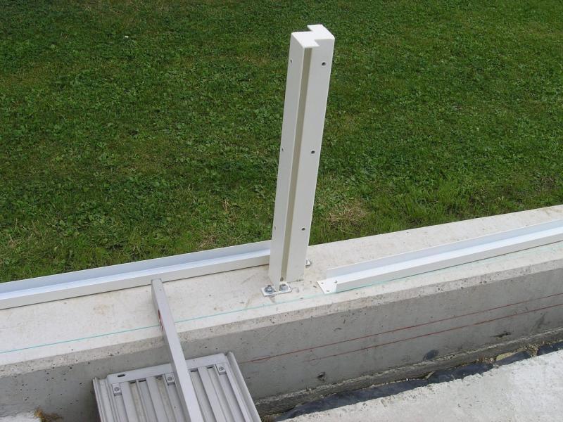 Modulare-Wandsysteme-Pfostenhalterung-auf-Mauer