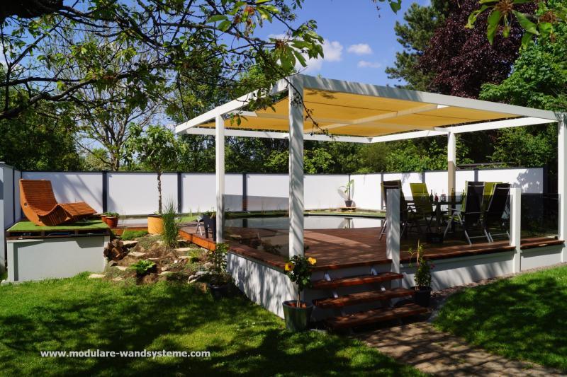 Modulare-Wandsysteme-Schwimmteich-mit-Terrasse-und-Beschattung