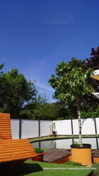 Modulare-Wandsysteme-Schwimmteich-mit-Terrasse-und-Liege