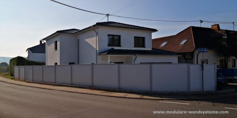 Modulare-Wandsysteme-Sicht--Larmschutz-zu-einer-Hauptstrasse