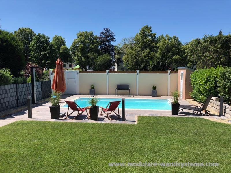 Modulare-Wandsysteme-Sichtschutz-am-Pool-mit-Alu-in-Holzoptik