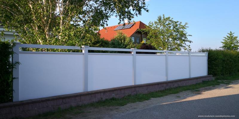Modulare-Wandsysteme-Sichtschutz-mit-Alu-Flugbohlen-direkt-hinter-einer-kleinen-Mauer
