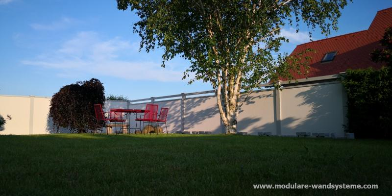 Modulare-Wandsysteme-Sichtschutz-mit-Alu-Flugbohlen-in-Pfostenfarbe