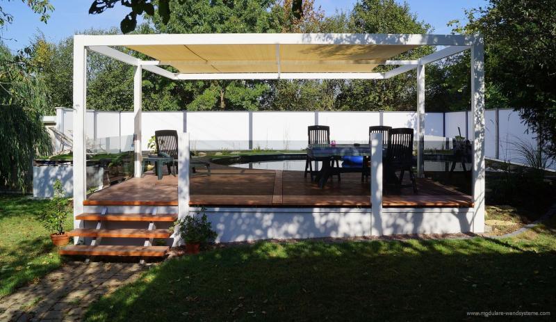 Modulare-Wandsysteme-Sonnensegel-Terrasse-plus-Glas-Sichtschutz-im-Hintergrund