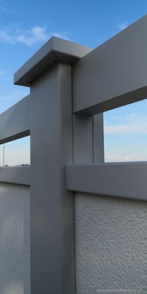 Modulare-Wandsysteme-mit-Alu-Flugbohlen-in-Pfostenfarbe-Nahaufnahme