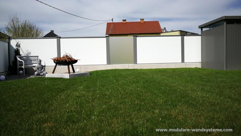 Modulare-Wandsysteme-mit-Milchglaselementen-als-Sichtschutz