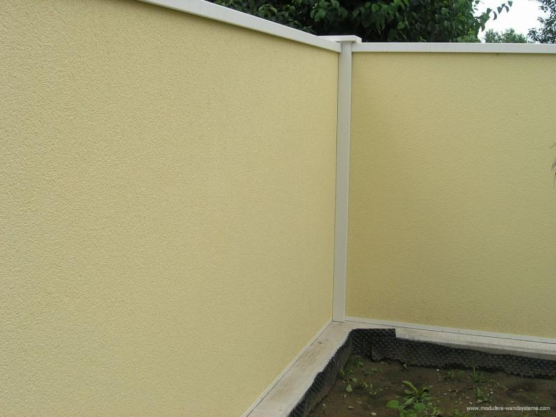 Modulare-Wandsysteme-mit-Pfostenhalter-auf-bestehender-Mauer-aufgesetzt