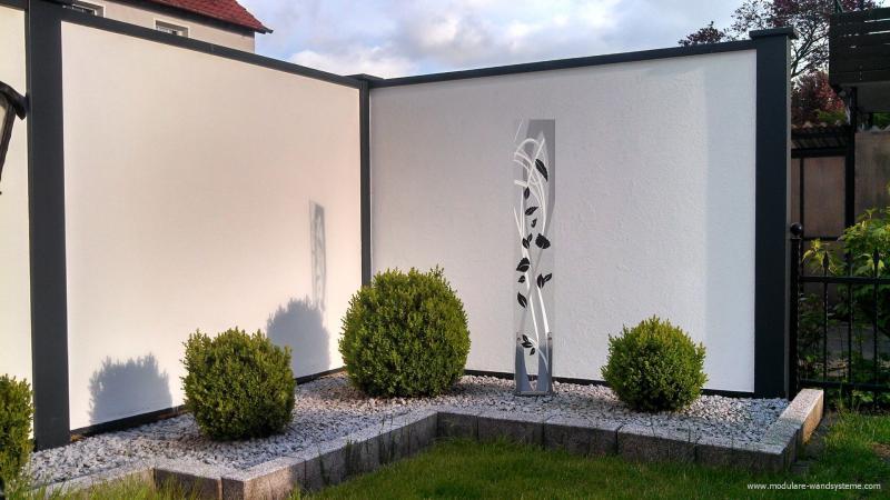 057SichtschutzwandmitKiesbettundSkulptur