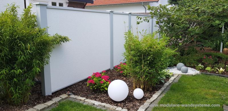Modulare-Wandsysteme-002Sichtschutzwand-mit-Graniteinfassung-und-Rindenmulch-als-Spritzschutz