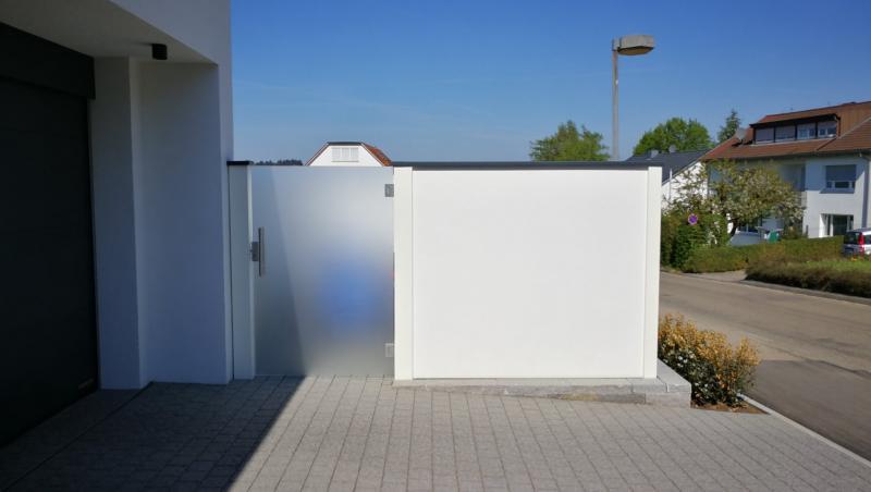 Modulare-Wandsysteme-Einhausung-einer-Waermepumpe-mit-eingebauter-Glastuere
