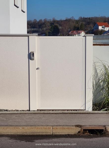 Modulare-Wandsysteme-Sichtschutz-im-Bauhaus-Stil-mit-Tuere