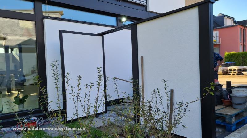 Modulare-Wandsysteme-Sichtschutz-mit-Tuere-noch-im-Bau