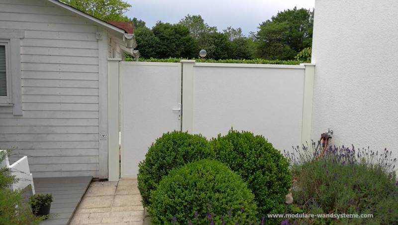 Modulare-Wandsysteme-Sichtschutzwand-mit-eingebauter-Tuere-Optik-Wandsystem