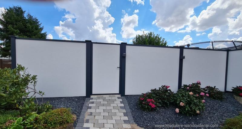 Modulare-Wandsysteme-Tuere-im-Sichtschutz-Variante-1-eingebaut