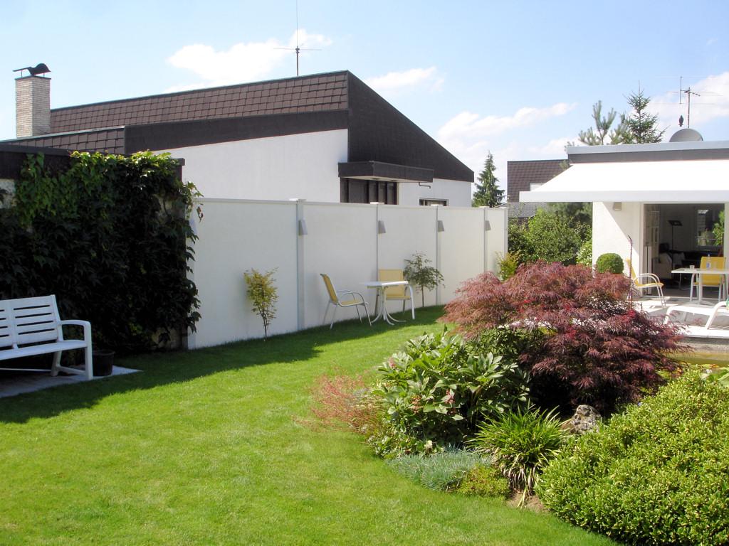 Sichtschutz im Garten 2,1 m bis 2,4 m Höhe mit Designabdeckung